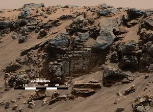 Rocce sedimentarie stratificate e depositi alla base del Monte Sharp. Image Credit: NASA/JPL-Caltech/MSSS